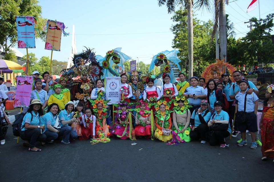 Kontingen SD dan SMP Kristen Tritunggal dalam Pawai Dugderan